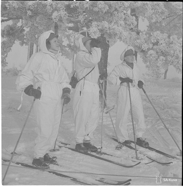 Lottia lumipuvuissa jatkosodan aikana 13.1.1942 Members of Lotta Svärd (Finnish Women´s Auxiliary Defence Service) during the Continuation War
