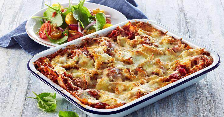 Lækker lasagne med pulled chicken og hytteost, der strutter af smag og sundhed. Servér denne kyllingelasagne med en farverig tomatsalat på en bund af spæde spinatblade.