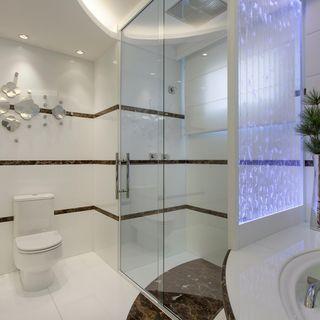 Banheiro master em nanoglass branco e mármore marr