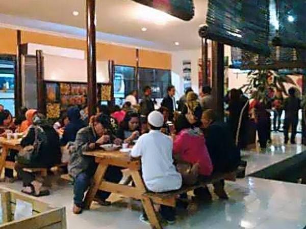 Suasana makan bersama di Saung Teko