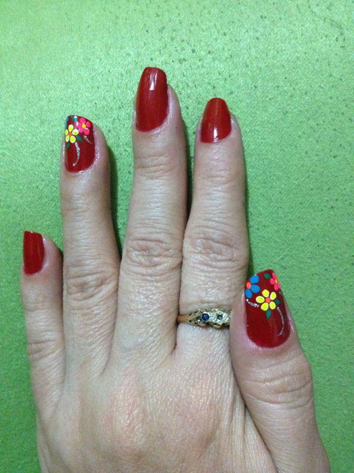 Decorado uñas manos rojo flores
