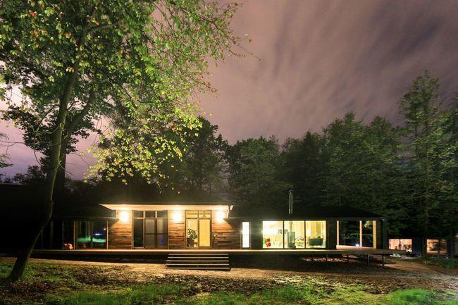 DublDom, es una serie de casas prefabricadas asequibles de la firma Bio Architects. Esta residencia forestal de un solo nivel representa un hogar más grande en la línea DublDom, que actualmente ofrece modelos que van&hellip