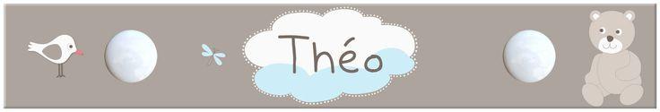 Personnalisé au prénom de votre petit garçon, ce portemanteau plaira à votre enfant avec son ourson assis sur un nuage bleu et blanc.