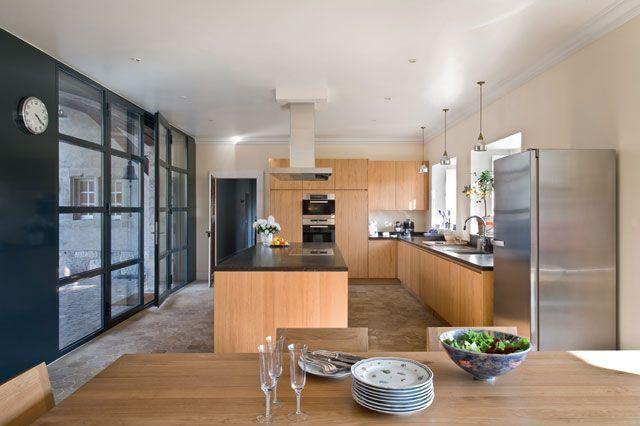 Une cuisine ouverte qui aime le bois et la modernité