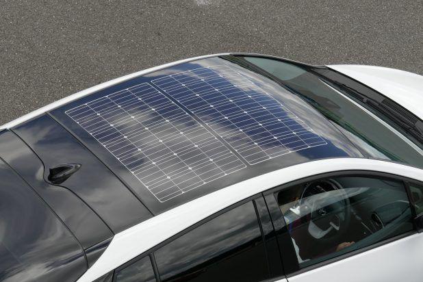 新型プリウスPHVのソーラー充電システムは、太陽光発電から得た電力を駆動用バッテリーに充電することでEV走行が可能になるというのが大きな特徴。この点が世界初だそうです。