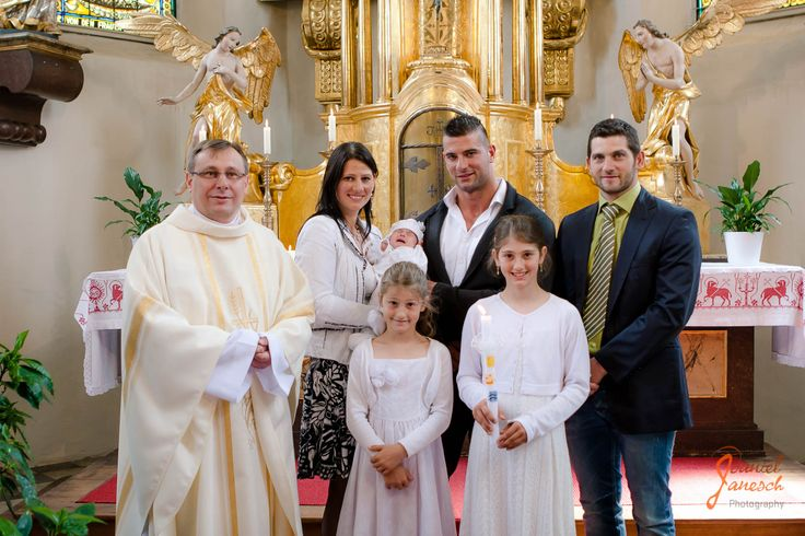 Taufe von Anna  Models: Anna und Familie Foto: Daniel Janesch  Canon EOS 30D, Canon EF 24-70mm f/2.8L USM, 28mm, ƒ/3.5, 1/100s, ISO 400  #taufe #baptism #katholisch #catholic #kirche #church #gold #mutter #mother #vater #father #taufpate #godfather #schwestern #sisters #kerze #candle #taufkerze #baptismcandle #glücklich #gluecklich #happy #gruppenfoto #groupphoto #hostienschrein #hostileshrine #tabernakel #tabernacle #engel #angel #familie #family