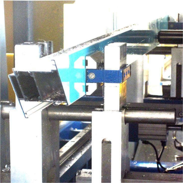 Maschinenästhetik - ein Türrahmen während des Fertigungsprozesses bei Armbruster Bauelemente Karlsruhe