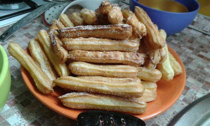 Чуррос (или чурро) — это традиционный испанский десерт из заварного теста