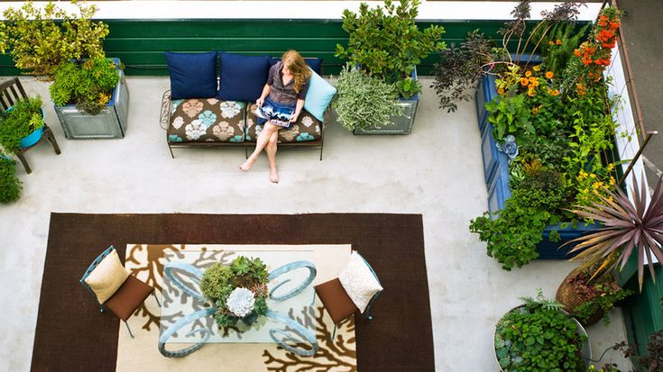 Postage-stamp oasis | Move the party outside with these gorgeous, livable outdoor spaces