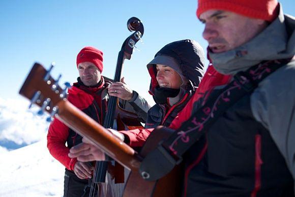 Die französische Sängerin ZAZ hat ein Unplugged-Konzert auf dem höchsten Berg Europas gegeben.
