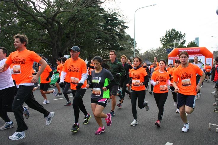 """Buenos Aires corre por pasión, por deporte, por costumbre, por necesidad… Y también corre por la paz. El running, que se metió en la sangre de los porteños y año tras año suma más competencias para novatos y avezados, despidió agosto con un desafío diferente: los 5k organizados este domingo por la Fundación El Arte de Vivir, bajo el lema """"Tu meta: ahora"""", que reunió unos 3.000 corredores entre los que se prendieron en la carrera y los que acompañaron con 2k de caminata."""