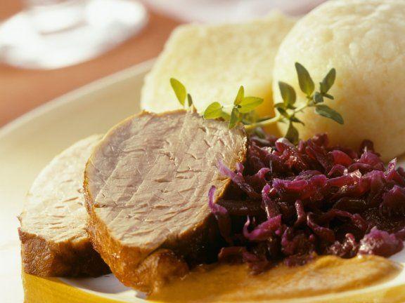 Leichtes Wildschweinrücken mit Blaukraut und Knödeln Rezept | EAT SMARTER