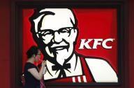 焦点:米マクドナルドの「脱抗生物質」、KFCにも圧力2015年 03月 13日 15:15マクドナルドは今後2年をかけ、人間にも使用される抗生物質を飼育時に投与したニワトリの肉の使用を米国内店舗で段階的に中止していく。その背景には、ニワトリなどへの抗生物質の過剰投与により、薬剤耐性菌「スーパーバグ」が生まれることへの懸念が高まっていることがある。会員制倉庫型ストアの米コストコ・ホールセール(COST.O: 株価, 企業情報, レポート)も5日、人間に使用される抗生物質を投与された鶏肉販売をやめる方向で供給業者と協議していると明らかにしている。マクドナルドとヤムは現在、米メキシコ料理チェーンのチポトレ・メキシカン・グリル(CMG.N: 株価, 企業情報, レポート)や米ベーカリーカフェチェーンのパネラ・ブレッド(PNRA.O: 株価, 企業情報, レポート)などに流れた顧客を取り戻そうと、さまざまな対策を強化している。チポトレやパネラは、抗生物質不使用の肉や質の高い食材などを売りにし、健康を意識する消費者層を取り込んでいる。…