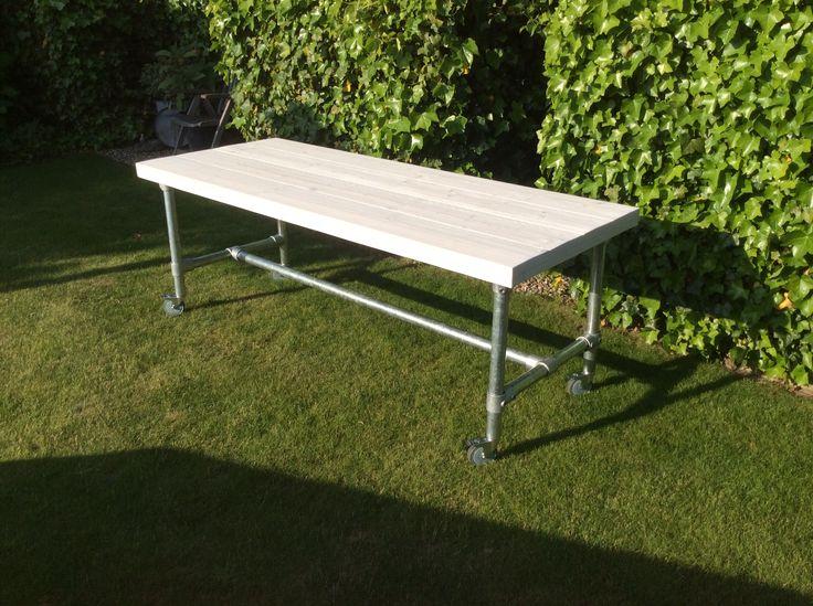 Mooie #tafel met #steigerbuizen en #wielen