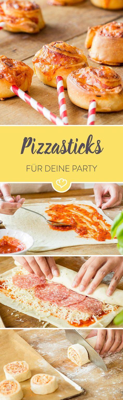 Klein, fein und einfach zum Wegsnacken: Knusprige Pizzasticks sind köstliche Leckerbissen, die dazu noch richtig gut aussehen.