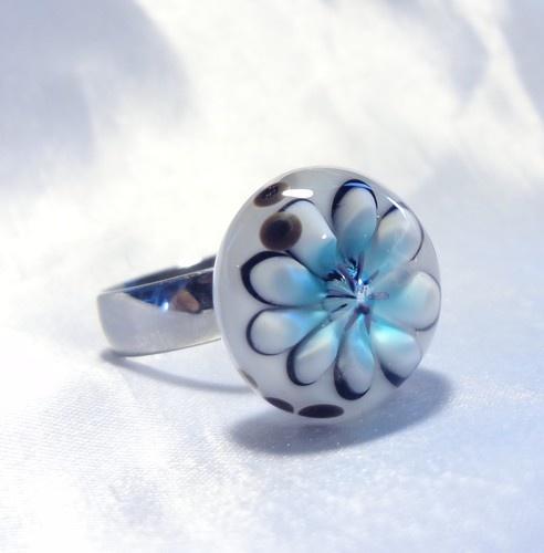 Interchangeable ring, lampwork cabochon  Bague modulable fleur bleu pâle, faite au chalumeau, $25.00 (cabochon)
