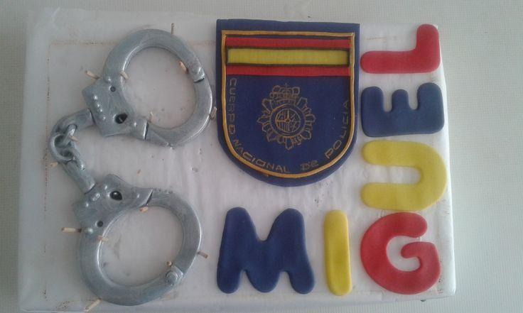 Topper tarta policía. Esposas, escudo policía. Fondant.