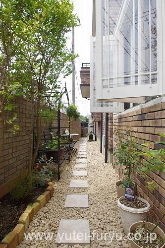おしゃれな物置カンナと棚で使い勝手の良い空間へ | 福岡・北九州 ... 通路部分には防草砂利を敷き雑草に悩まされない庭づくりをしています歩きやすいように自然石の踏み石を設置しました