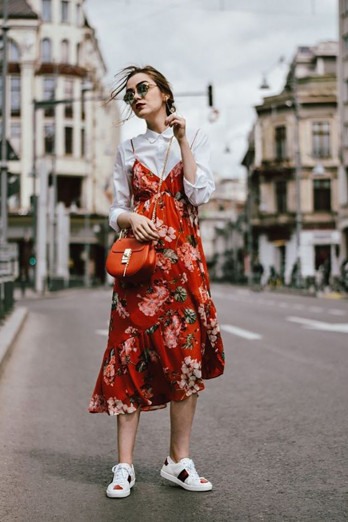 Floral dress | White blouse | Red bag | Streetstyle | White shoes | More on Fashionchick.nl