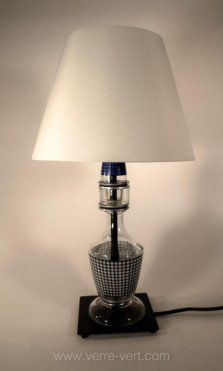 Petite lampe de table.Titre :Scottish. Assemblage de 15 objets et pièces de verre recyclés. Hauteur 46 cm (18 po). Pour se la procurer ou voir d'autres pièces uniques, contactez www.verre-vert.com