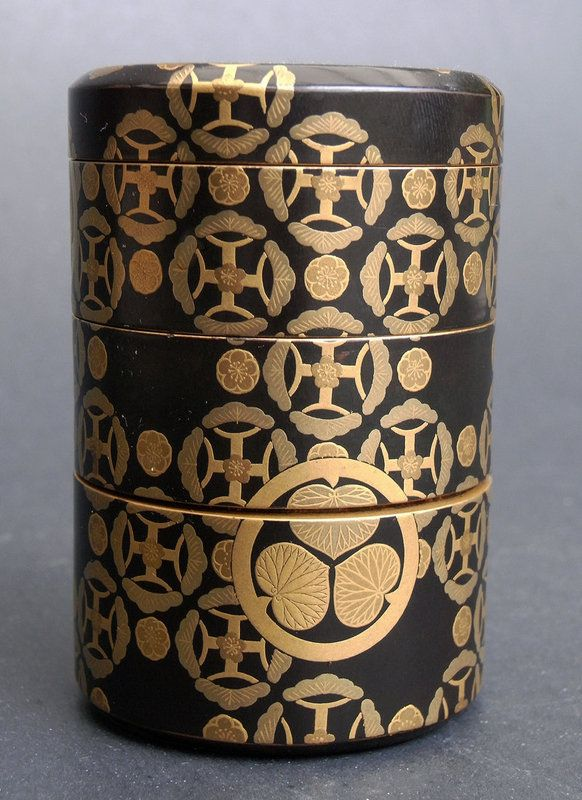 A fine, three-part cylindrical box with ´Mon`. Meiji