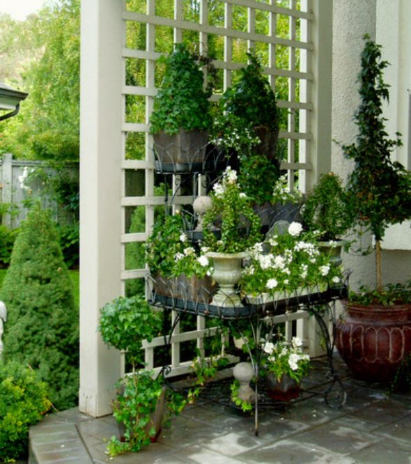 White trellis and table of plants. Idea for end of patio for some privacy!!! Must keep this in mind.