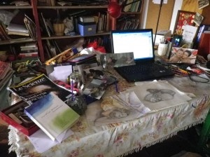SCRIVANIA DI CAOS CULTURALE, L'ORDINE NASCE DAL CAOS. Questo è il mio piccolo spazio in cui cerco di concentrare tutte le passioni che vorrei diventassero il mio lavoro. Studiare arte e scienza, disegnare e scrivere. Il caos della scrivania si riforma due minuti dopo ogni volta che provo a mettere ordine …perché le matite, i fogli pieni di appunti, i libri e le riviste che mi piacciono finiscono là dove mi viene naturale ritrovarli.. ...  (Daniela Setti)