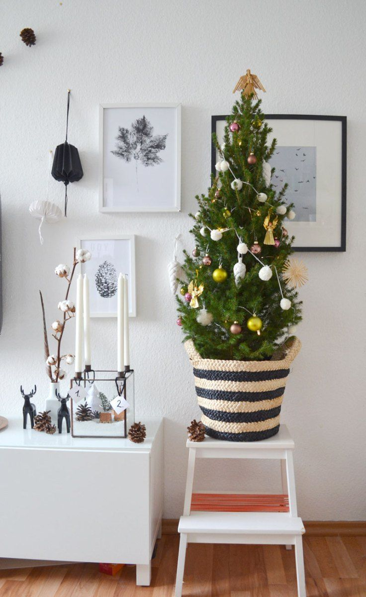 Kleiner geschmückter Weihnachtsbaum mit DIY Mini Pompom Girlande