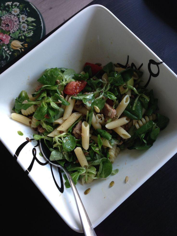 Koude pastasalade met veldsla, tonijn, romaatjes, zaden. Met olijfolie, zout&peper.