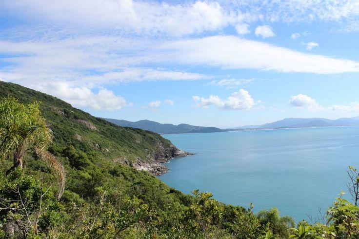 Iniciando a trilha pela Praia do Matadeiro você margeia toda a costa até a Praia da Lagoinha do Leste