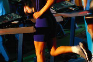 Agrega intervalos de carrera en tu caminadora para quemar más calorías.