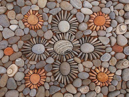 Dietmar Voorwold es un fotógrafo holandés que poco a poco fue especializándose en el arte del diseño y la instalación de exteriores. Sus obras, que son hechas con elementos naturales como hojas, flores, semillas y piedras, se caracterizan por su disposición geométrica. Tal y como se puede apreciar en estas 14 fotografías que él hizo de algunos de sus fascinantes diseños.
