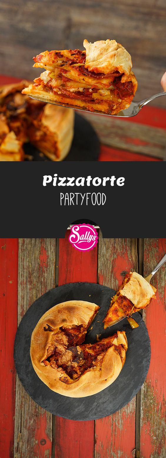 Diese Pizzatorte war ein Wunschrezept von Murat. Hierfür werden vorgebackene Pizzaböden in einer Form geschichtet und gefüllt.