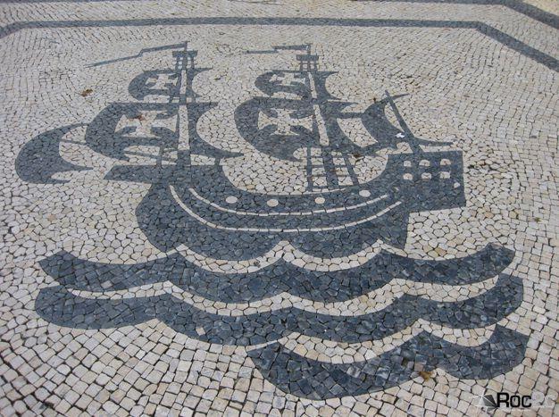 Calçada à Portuguesa: Caravela alusiva aos decobrimentos na Baixa de Lisboa em Calçada à Portuguesa
