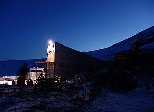 El refugio de la biodiversidad.  Una guerra nuclear, una plaga, un desastre natural o cualquier otra catástrofe podría arrasar las plantaciones que nos alimentan y provocar terribles hambrunas. Si llega ese momento, necesitaremos una reserva  de la que tendríamos que echar mano para reanudar las actividades agrícolas. El Gobierno de Noruega ha construido sus desoladas tierras del Ártico, el refugio: en el interior de una montaña en una isla junto al Polo Norte., la Cámara Global  de Svalbard