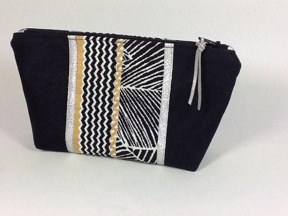 Voici une jolie pochette qui trouvera sa place dans votre sac, et contiendra avec élégance vos petites affaires, papiers, maquillage,etc... Cette trousse esprit ethnique fera aussi un petit cadeau utile et apprécié de toutes! Conçue en suédine de couleur noire, au toucher très velouté,