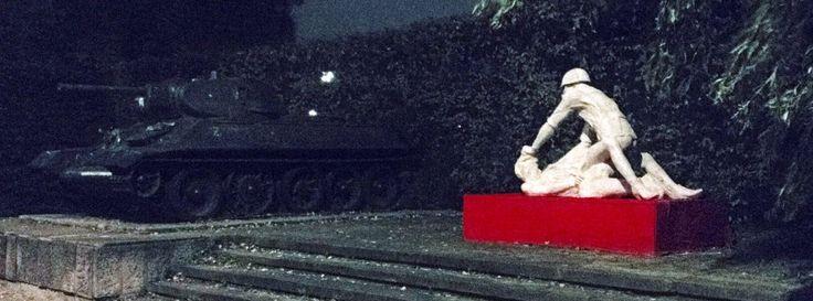 Polen: Vergewaltigungs-Skulptur schockiert russischen Botschafter  Eine Betonskulptur in Danzig zeigt einen Soldaten der Roten Armee, der eine schwangere Frau vergewaltigt. Das Kunstwerk hat ein polnischer Student über Nacht aufgestellt. Nun kochen die Emotionen hoch - auf polnischer wie auf russischer Seite.