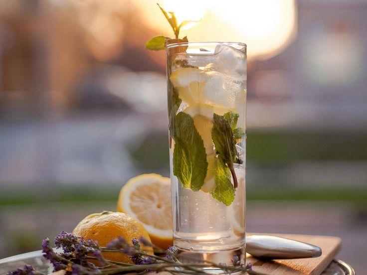 Лавандовый лимонад   Это просто праздник в летние дни! Освежающий и вкусный, а главное – утоляет жажду. И готовить его несложно.  Ингредиенты:  Лавандовый сироп – 20 мл Мятный сироп – 10 мл Лимонный фреш – 20 мл Свежая мята Лимон Лёд  Как готовить:  Сделайте лавандовый и мятный сироп. С помощью соковыжималки добудьте лимонный фреш. Добавьте лёд. Украсьте свежей мятой и кусочками лимона.  Лавандовый лимонад помогает взбодриться во время жары, а приятное послевкусие поднимает настроение