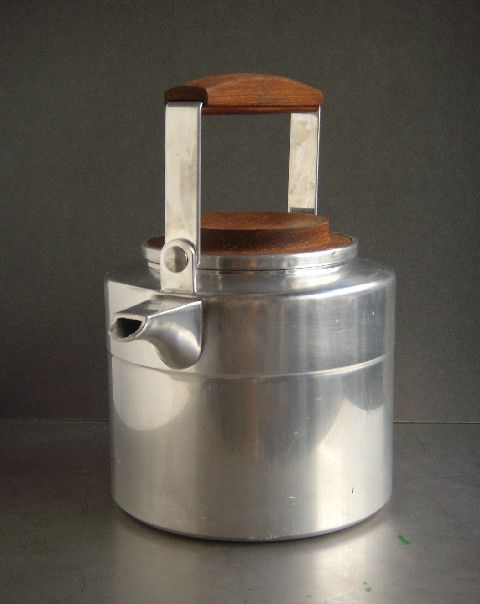This really gorgeous looking, finnish water kettle was designed by Eero Rislakki (*1924) and produced by Ammus-Sytytin Oy
