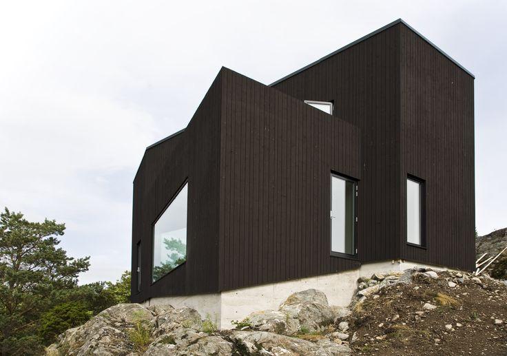 Villa VY. Arkitekterna Jacob och Jenny Fröslee Jonsson.   Villa VY ligger högt på en klippa med milsvid utsikt över Skaftölandet och Orust, hav och himmel. Det är ett trähus med stående panel målad med Falu Rödfärg Svart.