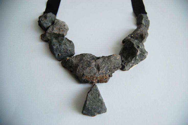 Alix Tran - Collier en basalte, laiton et ruban de satin - NOIR BASALTE -