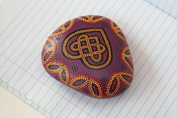 Nodo celtico cuore Dot mano dipinta Rock di RockingJCrafts su Etsy
