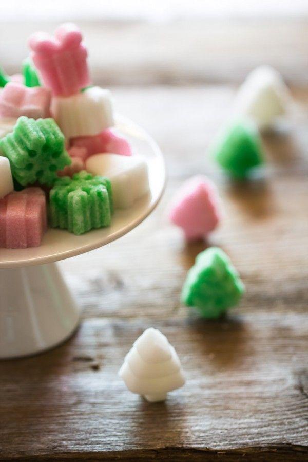 Zollette di zucchero aromatizzate e colorate in modo naturale fatte in casa :) - Tutorial for home made natural sugar shapes. A cute idea for Christmas gifts ;)