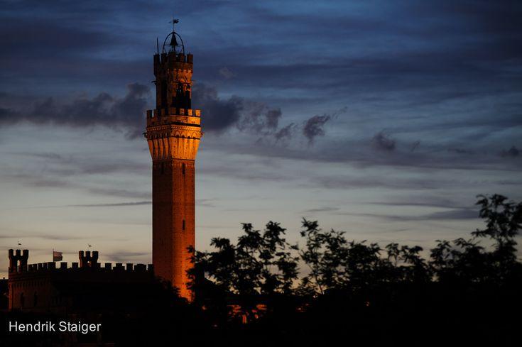 Tramonto sulla Torre - Foto di Hendrik Staiger su Flickr - https://www.flickr.com/photos/staiger-photography/15611618318/ - #Siena #Toscana #TorreDelMangia