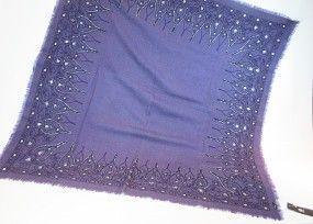 Wolltuch lila handbestickt