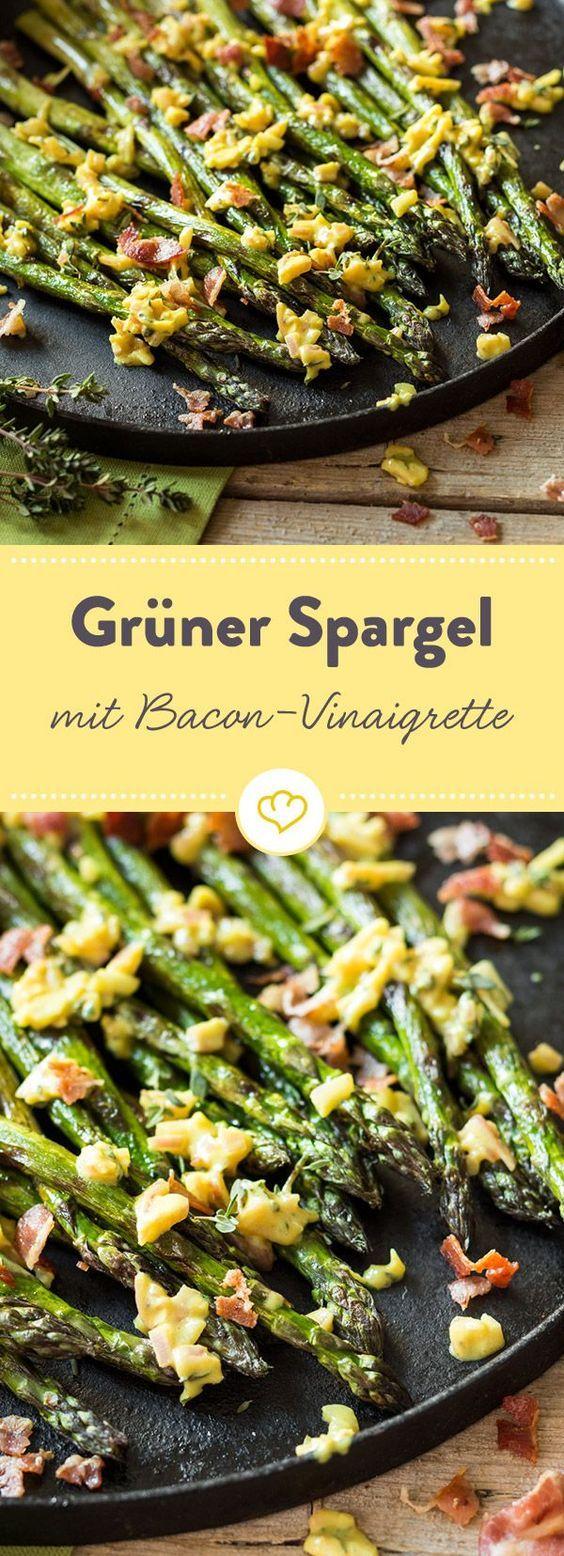Jetzt heißt es: Grill anwerfen und den Gemüseschäler zücken! Das Gemüse kommt direkt vom Grill und mit einer Vinaigrette, in der sich Speckkrümel tummeln.