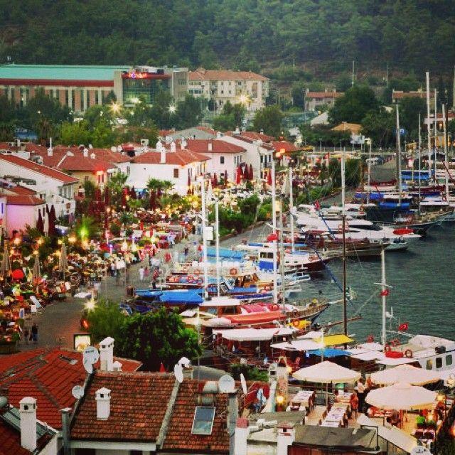 Marinaen i Marmaris er en af Tyrkiets største og smukkeste. Du kan læse mere om Marmaris her: www.apollorejser.dk/rejser/europa/tyrkiet/marmaris