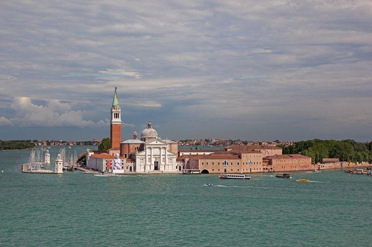 Insolite, mystérieuse, festive ou végétale, Venise dévoile à ceux qui osent s'aventurer au-delà des sentiers touristiques, un patrimoine artistique infini et une créativité sans cesse renouvelée.