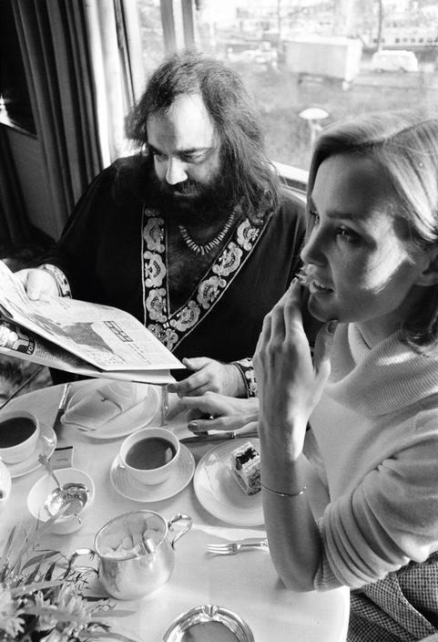 Ο Demis Roussos με την Jesica Lange στο Λονδίνο ~ 1976