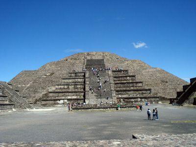 Pirámides de Teotihuacán. San Juan de Teotihuacán. Las Pirámides de Teotihuacán están más o menos a una hora de Ciudad de México, tienen para mí un significado importante ya que desde hace muchos años necesitaba ir allí. Y llegó el momento. Emprendí marcha hasta allá y llegue con un sol inclemente pero feliz de estar …